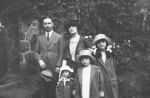1923, con la famiglia a Praga